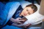Bermain Gadget sebelum Tidur Bisa Sebabkan Insomnia
