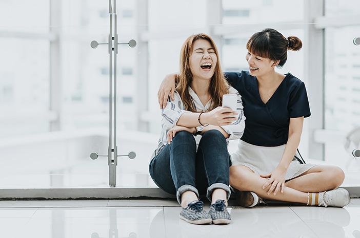 Ajak Teman Berbicara dan Tertawa Bersama