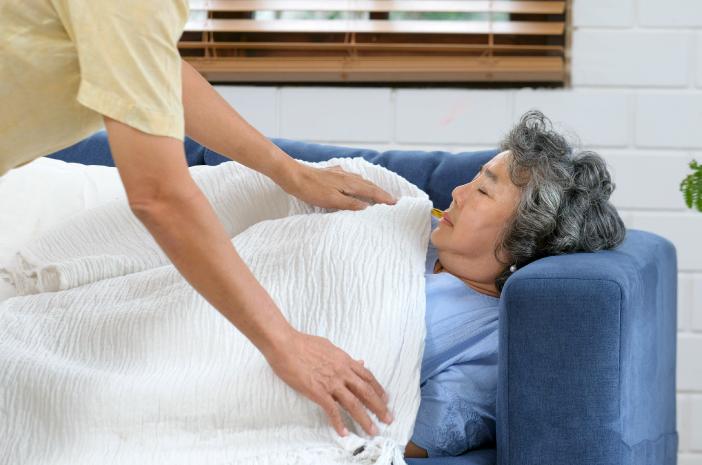 6 Cara Tepat Mengatasi Hipotermia pada Lansia