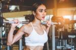 5 manfaat olahraga angkat beban bagi wanita halodoc