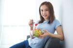 Makanan yang Perlu Dikonsumsi Agar Kulit Tetap Awet Muda