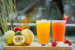Manakah yang Lebih Sehat, Jus Buah atau Minuman Rasa Buah?