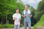 4 pola hidup sehat agar jantung tetap sehat di masa lansia halodoc