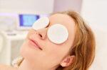 Cara Tepat Mengatasi Kelopak Mata Bengkak - Halodoc