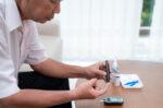 Begini Cara Mengontrol Diabetes pada Lansia - Halodoc