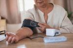 ini tips memilih alat tensi darah untuk di rumah halodoc