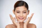 manfaat-es-batu-untuk-wajah-dan-cara-menggunakannya-halodoc